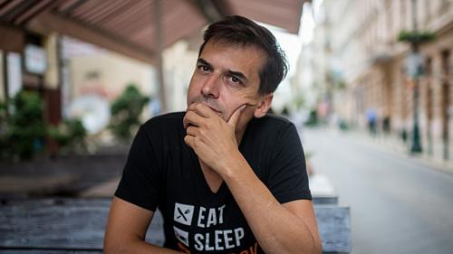 Író, rendező, színész, aki flörtöl az Oscarral – Tóth Barnabás a Kult50-ben